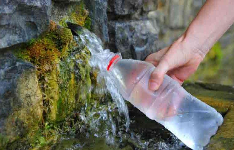 Terapia cu apă de izvor sau de fântână te scapă de durerile de cap și nu numai