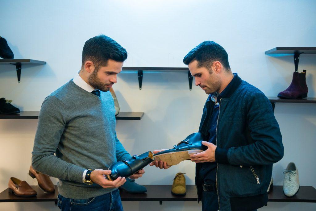 Andrei (foto stânga) și Mircea Rusu analizează produsele PaPrezzo